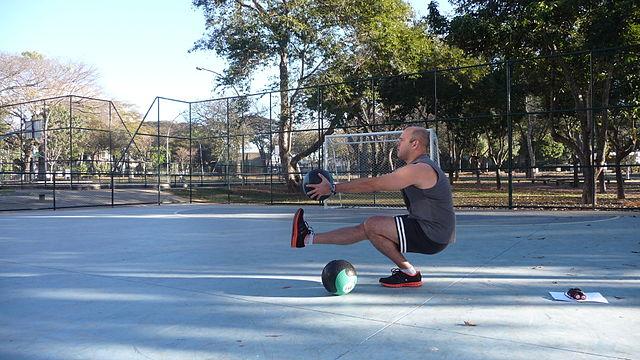 medicin ball pistol squat